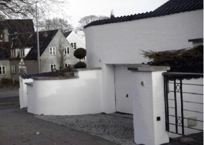 Stor hvid villa garage